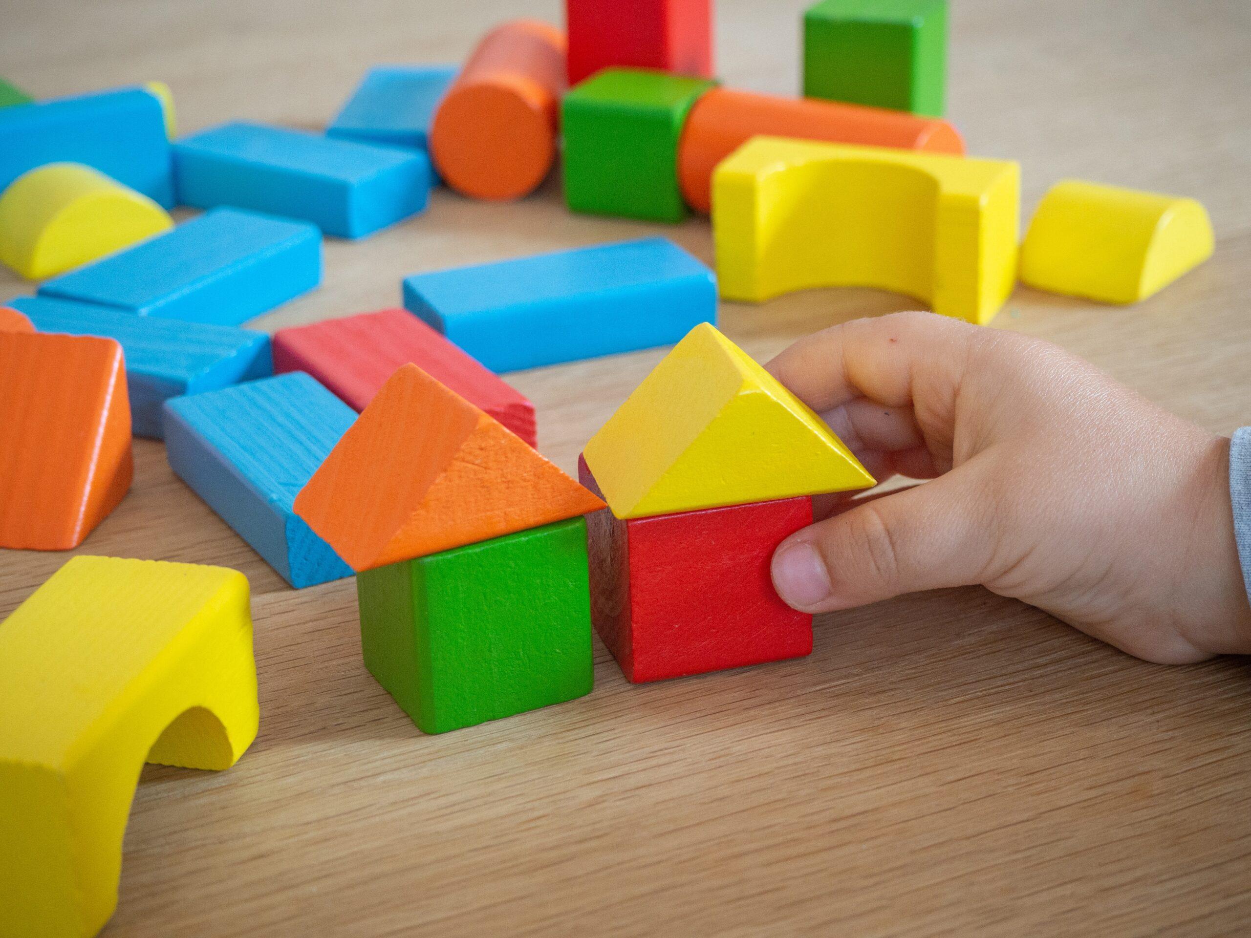Зображення гри дитини у пірамідку